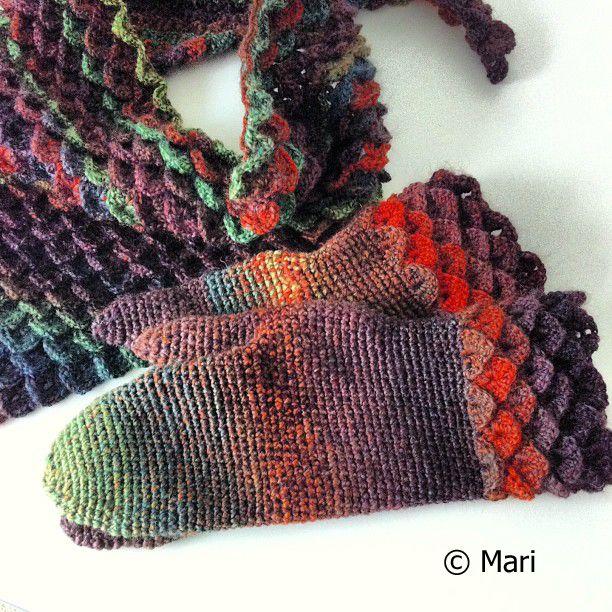 Virkatut lohikäärmesuomuhuivi ja -lapaset / Crochet scarf and mittens with crocodile scale stitch