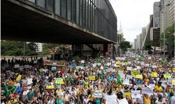 AO VIVO #VemPraRuaBrasilHJ AQUI http://mnbdrj.ning.com/ DIVULGUEM @DaniloGentili @Roxmo @lobaoeletrico @g1 @VEJA
