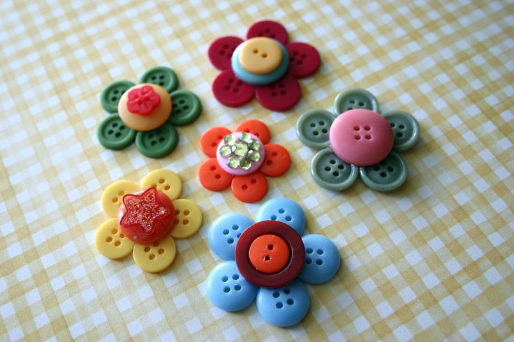 Cute little button flowers. Inspired by: artsycraftybabe.typepad.com/artsycrafty_babe/2008/03/butt... (It may be more accurate to say that these were copied from her, not inspired by...)