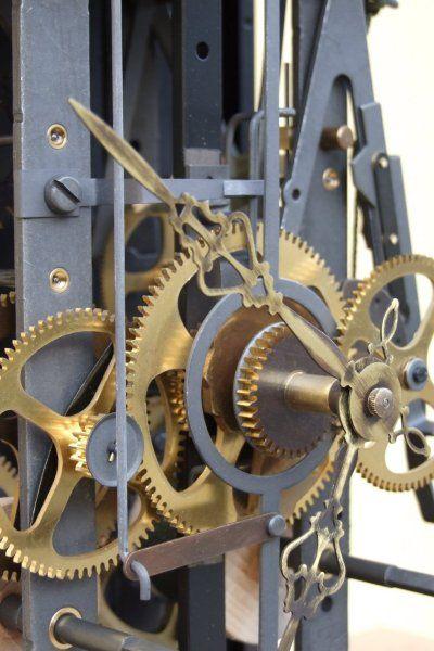 Authentique mécanisme d'horloge comtoise fabriqué dans le Jura. C'est avec ce mécanisme que nous équipons toutes nos horloges comtoises. Conçu et mis sur le marché en 1972, il reprend l'architecture et toutes les caractéristiques des mécanismes très largement vendus au 19èmè siècle Il équipe nos horloges neuves, mais convient parfaitement pour : - Être suspendu nu au mur - Remplacer un mécanisme usagé d'une ancienne horloge comtoise