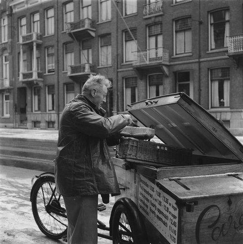 Bakkerij Carels, verkoop brood en kerstbanket aan de deur, Amsterdam jaren vijftig. Fotograa Henk Jonker