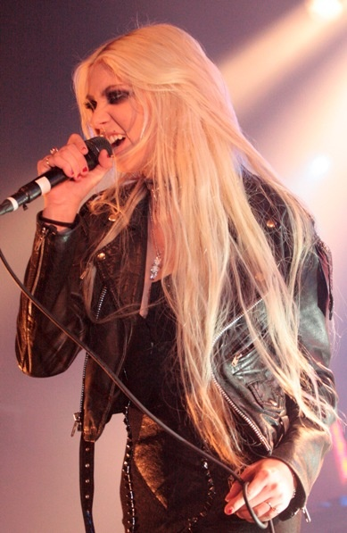 Taylor Momsens long, platinum blonde hairstyle