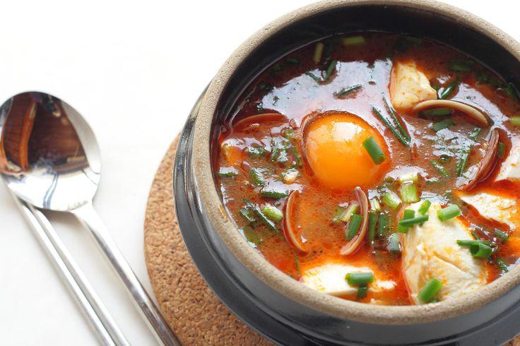 Corea del Sur. Como en la India, en Corea no renuncian al picante ni en el desayuno, y lo toman en el Jjigae, una especie de sopa o estofado que puede llevar diferentes ingredientes: carne, verdura, huevos, etc. Una versión muy popular es el Kimchi Jjigae, elaborado con Kimchi (col fermentada) y muy conocido por sus poderes antioxidantes. Los que lo han probado aseguran que sabe mejor de lo que suena.Ideas para disfrutar del desayuno coreano con Hostel Bookers