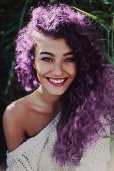 Y también con el cabello enrulado.   18 Razones por las que deberías teñirte el cabello de morado