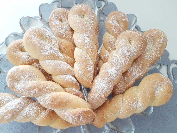 Biscuiții Grecești sunt deosebiți atât prin forma lor specială cât și prin frăgezimea și aroma vanilată. Pot acompania cu succes ceașca de cafea, lapte, ceai sau pur și simplu ii păstrăm în cutii s…