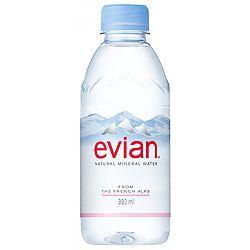エビアンのデザインが新しくなったそうです。スッキリとしたデザインになりましたね!◆evian 新しいボトル - Fresh News Delivery