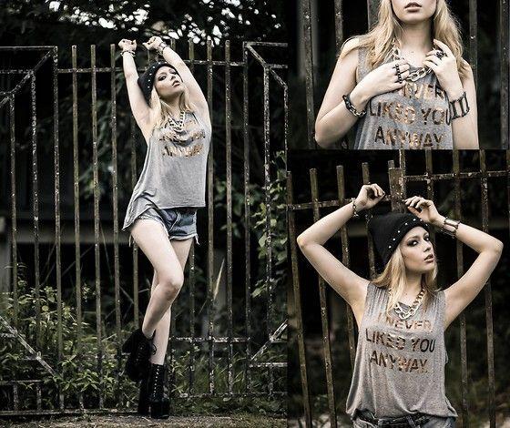 Emme Shirt, Emme Bracelet