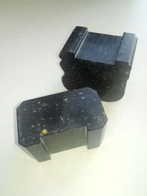 Черные перила лестницы. Кавка и искусственный камень изыскание сочетание. Black stair railing. Kavka and artificial stone finding the combination.