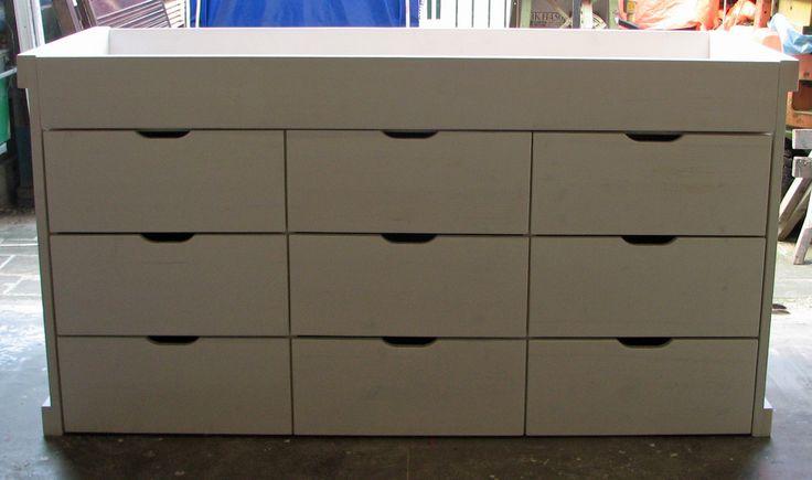Middenslaper/logeerbed/linnenkast op maat gemaakt, matrasmaat 800 x 2000 mm, massief hout, pure wit, 9 diepe lades (700 mm diep x 300 mm hoog). Bovenop logeerbed voor gasten.