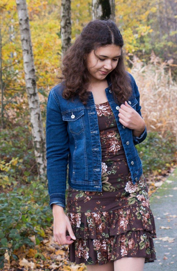 Herbstoutfit mit Jeansjacke und Printkleid, süßes Fashionblogger Outfit mit Nylonstrumpfhose, Streetstyle, Casual Look
