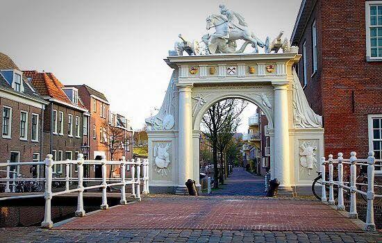 Doelenpoort, Leiden, 1645. Deze poort gaf toegang tot de Doelen, het oefenterrein van de Leidse Schutterij. Het ontwerp is van stadsbouwmeester Arent van 's-Gravesande. De geschilderde zandstenen poort is voorzien van dorische halfzuilen en versierd met wapens en oorlogsattributen. Het beeldhouwwerk, dat Sint Joris met de draak voorstelt, is van de Haagse beeld-houwer Pieter Adriaensz 't Hooft (1610-1650).