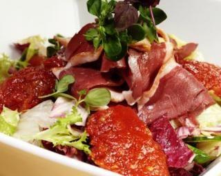 Salade verte aux magrets de canard et tomates séchées : http://www.fourchette-et-bikini.fr/recettes/recettes-minceur/salade-verte-aux-magrets-de-canard-et-tomates-sechees.html