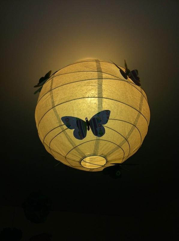 Mariposas de papel en lámpara de papel