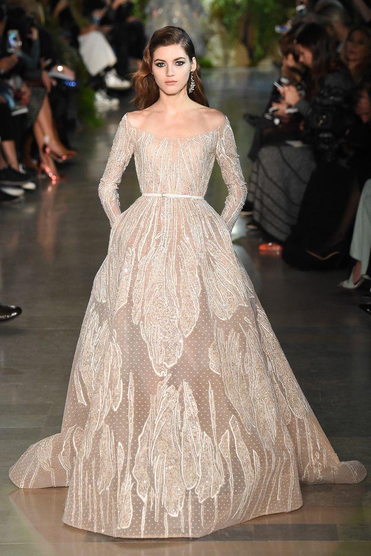 Vestido de noiva Elie Saab 2015, desfilado na semana de moda de Paris. Cintura marcada, saia bufante com transparência, aplicações delicadas e ombros expostos em decote incomum fizeram deste vestido uma peça suave e delicadíssima, de princesa.