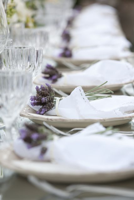 Fresh lavender and simple linens on the dining table - the perfect idea for entertaining.