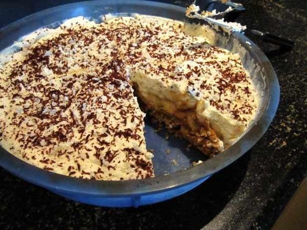 Banoffe Pie, een taart met caramel (die hier op een heel eenvoudige manier wordt gemaakt!) banaan en slagroom.
