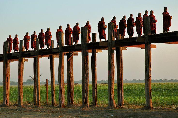 #Birmanie - Défilé de moines sur le pont U Bein #Burma #Myanmar