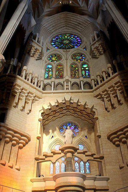TEMPLO EXPIATORIO DE LA SAGRADA FAMILIA DE BARCELONA. El símbolo de Barcelona y del modernismo catalán.
