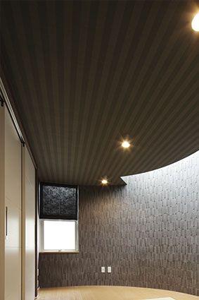 リフォーム事例>住まいの記憶を残した断熱アール天井 東京ガスリ ... フローリング敷きの中央に琉球風畳、アールの壁面には黒のデザインタイル、天井クロスもシックなものに統一し、スタイリッシュなモダン和室に設えました。