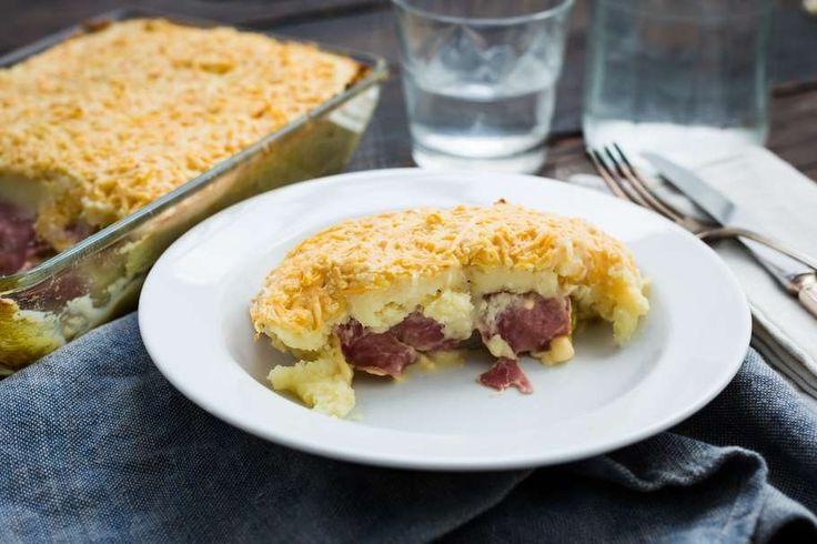 Recept voor witlof ovenschotel voor 4 personen. Met witlof, ham, kaas, aardappelpuree en geraspte oude kaas