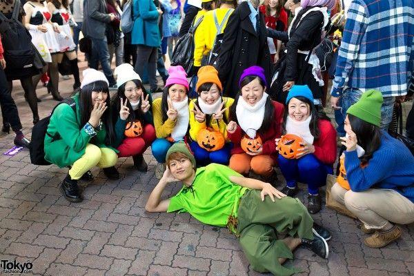Costumi da nani di Biancaneve sulle strade di Tokyo per Halloween. Un'idea facile per un costume di gruppo
