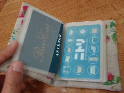 たたんで縫って、ひっくり返すだけ。超カンタンなカードケースの作りかたです。 ブックカバーや手帳カバー、ティッシュケースなどにも応用できます。