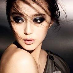アジア人特有の涼しげな一重や奥二重の目だからこそ似合う、切れ長スモーキーアイ✨ 瞼の脂肪が多い人は、赤みの強い色は腫れぼったく見えがちなので、赤みのあるカラーは避けると成功しやすい🙆  画像参考元・Woman's World  #smokeyeyes #eyeshadow  #womanstyle  #makeup #style  #asia #japan #asiamakeup  #asiamodel #asianbeauty #メイクアップ  #スモーキーアイ #夏メイク #ビューティ