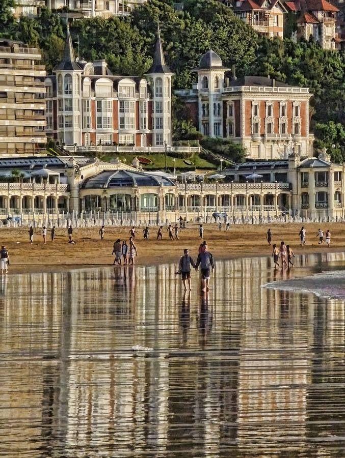 Balneario-Spa,a orillas de la Concha.Su construcción es de La Belle Epoque.....En tiempos de Alfonso XIII,se le llamaba La playa Real...