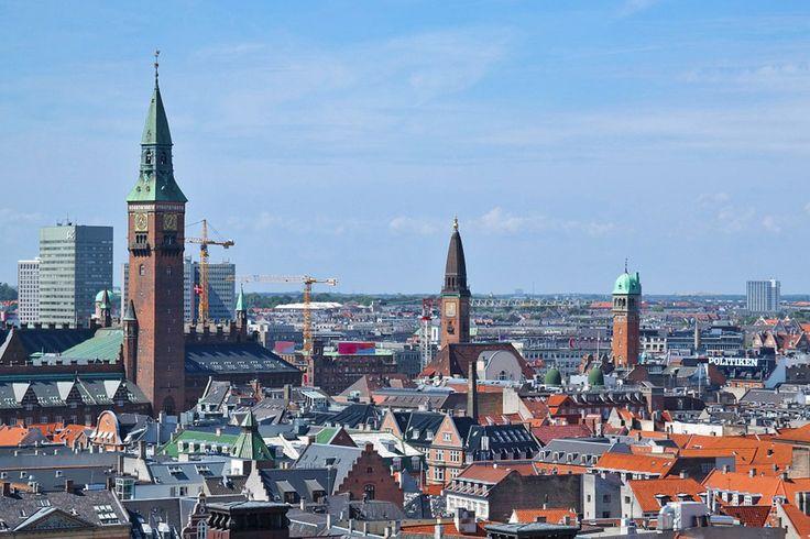Kodaň - København -  Copenhagen. Netuším, v akom ste vzťahu s dáždnikmi alebo pršiplášťami alebo pončami pršiplášťovitého charakteru. Ja mám s nimi odjakživa vykopanú vojnovú sekeru. Ale keď idem do tohto úchvatného mesta, vždy, ale vždy s nimi celkom dobrovoľne uzavriem mier.