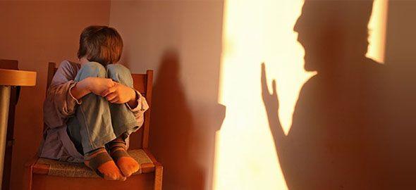 Όσο μεγαλώνει το παιδί οι καβγάδες σας μπορεί να γίνουν έντονοι και τα λόγια όλο και πιο σκληρά. Υπάρχουν, όμως, κάποιες φράσεις που, όσο θυμωμένοι κι αν είστε, δεν πρέπει ποτέ να ξεστομίσετε.