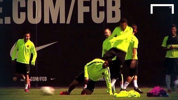 Brazylijczyk kopnął Luisa Suareza w tyłek podczas treningu FC Barcelony • Neymar zasadził kopa koledze z zespołu • Śmieszne filmy >> #fcbarcelona #barca #barcelona #football #soccer #sports #pilkanozna #funny