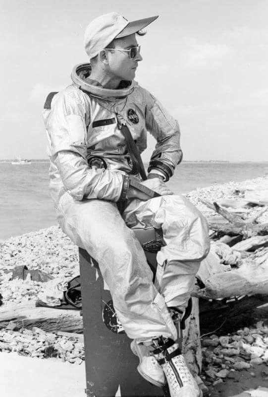 L'astronaute John Young portant les Original Pilot d'AO Eyewear !   www.aoeyewear.fr  #aoeyewear #originalpilot #americanoptical  #lunettesaviator #lunettes #lunettesdesoleil #astronaute #johnyoung #nasa #espace #apollo11 #apollo13 #madeinusa #hgu4p #lune #mode #style