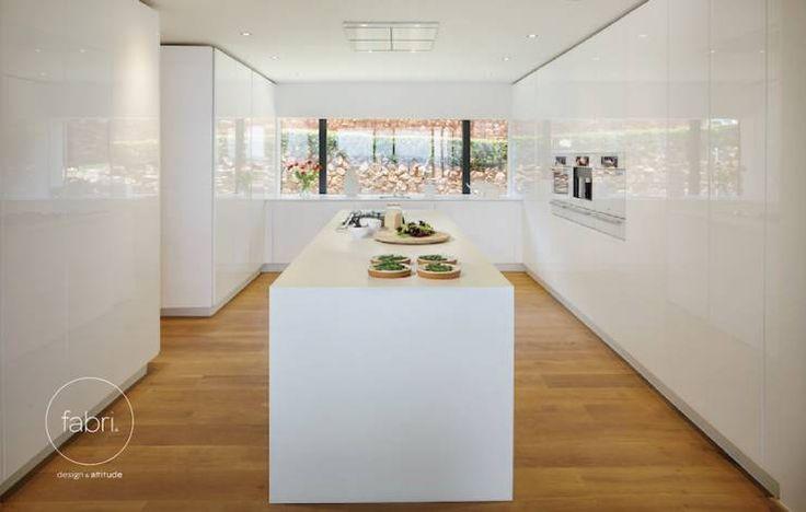 """""""Uma cozinha moderna exige planeamento. Seja grande ou pequena, o importante é que tenha tudo o que necessita à mão, no meio de um design moderno ou, mesmo, ultramoderno."""""""