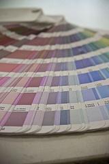 Pantone Farbfächer für T-Shirt Druck: der hohe Standardisierungs- und Automatisierungsgrad bei Shirtfabrik24 gewährleistet eine gleichbleibende, hohe Qualität. Die Farbvorgaben gemäß ihrem CI können wir damit für Ihr T-Shirtmotiv einhalten!
