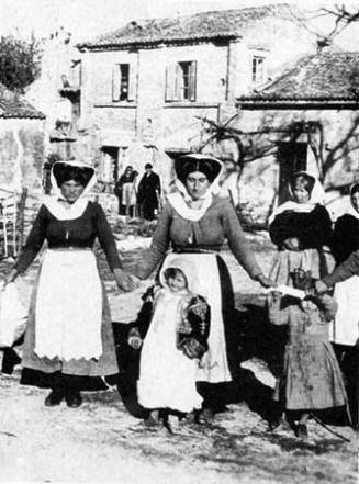 Γιορτή στη Λευκίμμη στα μέσα του '30 σε μία φωτογραφία η οποία απεικονίζει γυναίκες με παραδοσιακές ενδυμασίες. Πηγή: http://tab.ionio.gr/ Πηγή: www.corfuland.gr