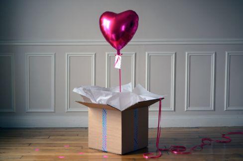 Surprenez votre maman en lui envoyant ce colis plein d'amour et de légèreté. À l'ouverture du colis, elle découvrira un grand ballon en forme de coeur rose ! 13€