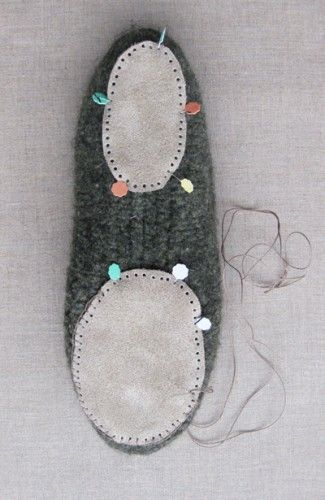 Finishing felted slippers with fabric insoles and suede foot pads