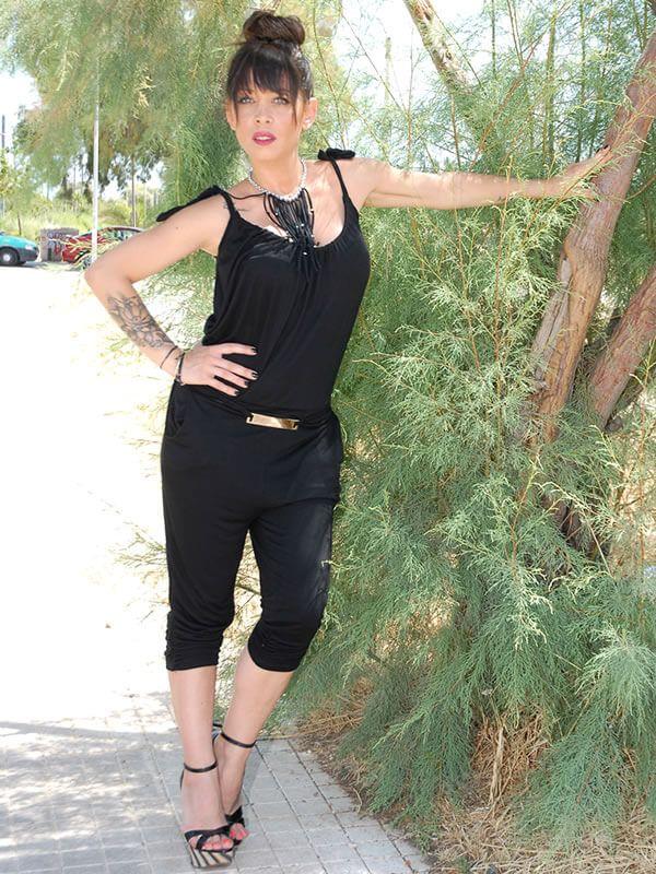 Sexy και άνετη ολόσωμη φόρμα με ραντάκι και λεπτή υφασμάτινη ζώνη με μεταλλική χρυσή εγκράφα. Διάθεση σε μαύρο και λευκό χρώμα.