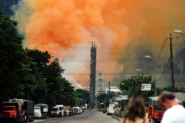"""O gerente da Cetesb, Marcos Cipriano, também informou que não há mais riscos em relação à fumaça produzida pela queima de 10 mil toneladas de nitrato de amônio (NH4NO3) do armazém da Vale. """"Ainda na quinta-feira, verificamos houve uma dispersão satisfatória a ponto de não afetar a população e os trabalhadores daquela e de outras regiões"""".   Segundo Cipriano, a fumaça foi produzida durante, pelo menos 5 horas."""