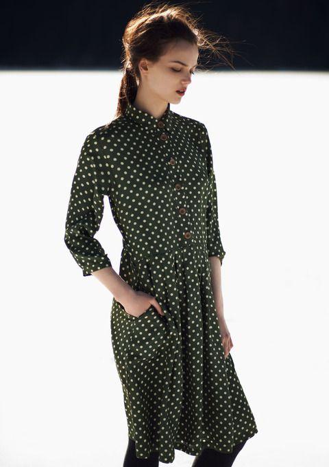 .zwart witte bolletjes overslsg jurkje gevonden bij H&M combineren met zwarte legging, zwarte doorzichtige blouses, en beetje stoer met laarzen en dik zwart vest of jasje