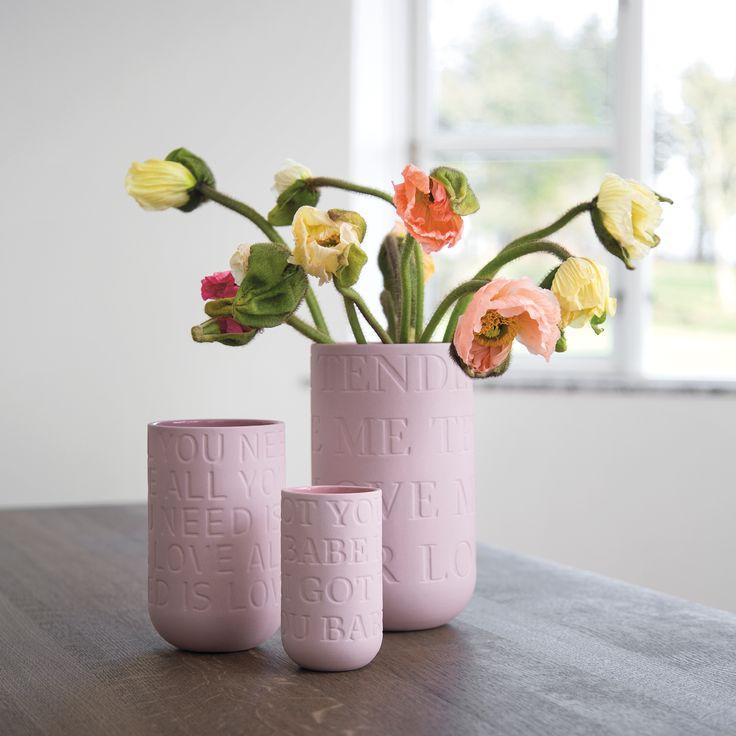 """Vase Love Song fra Kähler design er en unik og smuk vase i stentøj. Stentøjsvaserne Love song fås i 4 størrelser og er tematisk bundet sammen af, og dekoreret med, ordene fra fire af alle tiders mest ikoniske kærlighedssange; """"Love Me Tender"""", """"All You Need is Love"""", """"It Had to be You"""" og """"I got you babe."""""""