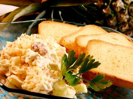 Quer uma receita de salada de maionese para servir de entrada? Veja como fazer a Salada Tropical Agridoce, com Frango, Bacon e frutas tropicais! Dica delícia da SEARA!  #chicken #frango #recipes #salad