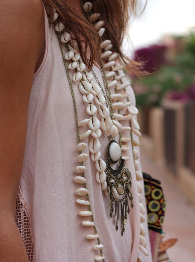 Cet été, le collier de coquillage est hautement autorisé ! (colliers Belao et H&M, tee-shirt Zara - blog Mytenida)