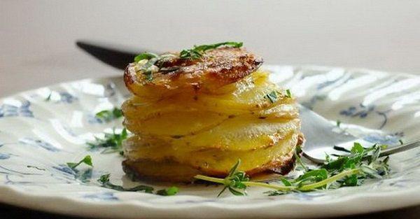 Originálny a veľmi chutný tip ako servírovať pečené zemiaky. Vynikajúci ako chutná večera, alebo chrumkavá príloha k mäsku.