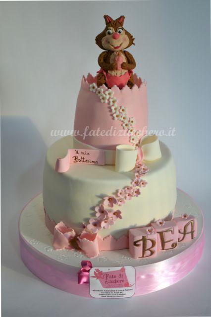 Torta Battesimo Bimba: con scoiattolino e biberon, fiocchi e cascate di fiorellini, cubetti con nome interamente modellati a mano