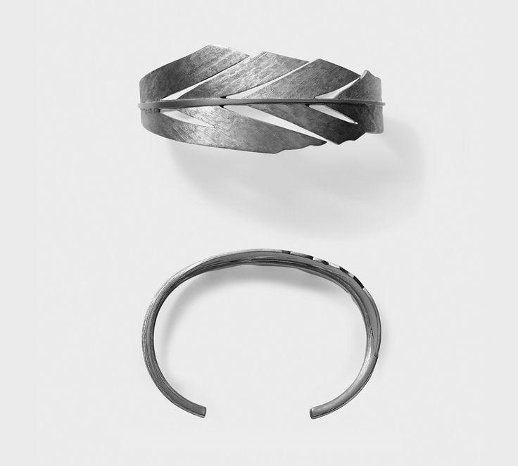 Miss Barks er en super cool armring fra den danske duo Line og Jo. Den er udformet som en fjer der snor sig rundt om armen. Materialet er sterling sølv med sort rutanium, hvilket giver den et råt, metallisk og sejt look. #smykker #armring