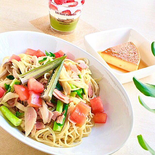 Bacon & vegetables pasta with anchovy sauce, Cup sweets for Girl's festival  金曜カフェのトモさんのランチ。野菜とベーコンのアンチョビーソースパスタと、お雛祭りのスイーツ、焼きプリンも!