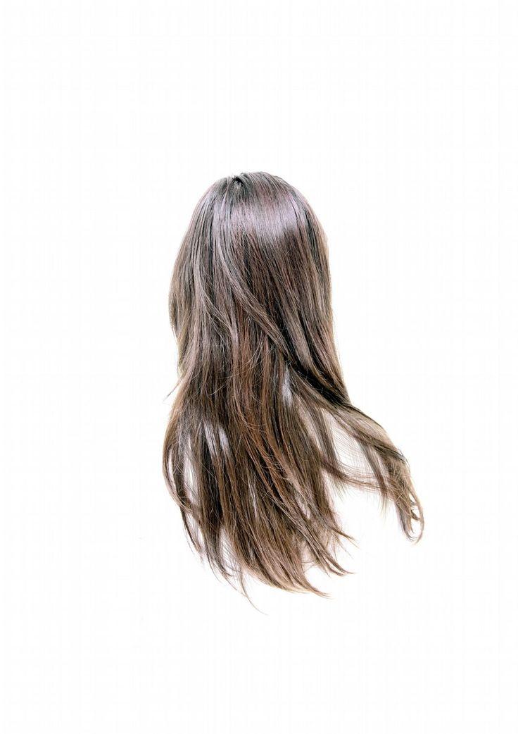 Det smukke, hemmelige liv bag tørklædet - Politiken.dk. I månedsvis stillede fotografen Lina Hashim sig op ved Nørreport Station og spurgte muslimske kvinder med tørklæde, om hun måtte fotografere deres hår. Og fik langt oftere nej end ja. Indtil hun fandt en smutvej. I følge Koranen er det syndigt for en kvinde at lade fremmede mænd se hendes hår. Men håret selv er ikke syndigt. Billederne åbner en sprække ind til et skjult kvindeliv.