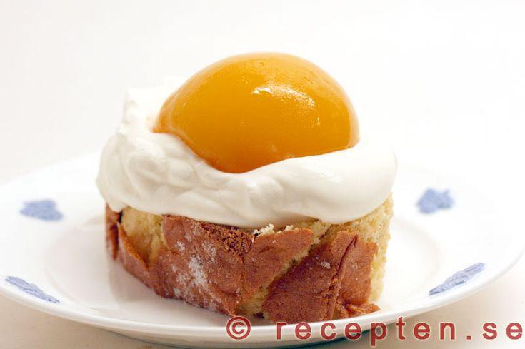 Påskbakelser - Enkelt recept på hur du gör fina och goda påskbakelser med rulltårta, vispad grädde och persikor.