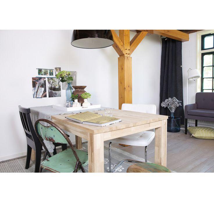 De Eekhoorn je nizozemská designová značka, která se rozhodla obohatit svět interiérů a bydlení o nestárnoucí kousky, co stojí na pomyslném vrcholu designu. Jejich kvalitní zpracování, dokonalé tvary a materiál, to vše je nezbytnost pro každého, kdo vyznává vysokou kvalitu a neotřesitelně krásnou estetiku. A tak jestli hledáte do své jídelny odolný, esteticky povedený a velký jídelní stůl, jste tu spolu s dubovým stolem Largo na správném místě.  Stůl je vyroben z dubového dřeva, které…